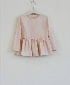 Blusa Il Gufo in popeline di cotone nella variante rosa pastello con una leggera riga laminata oro, chiusura sulla schiena con bottoni e fiocco.