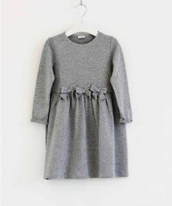 Vestito Il Gufo a mancia lunga nella variante grigio chiaro con effetto lurex, piccoli fiocchi sulla parte alta del vestito creando un effetto cintura