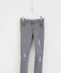 Jeans StellaMcCartney modello skinny grigio chiaro, fondo stretto regolare taglio vivo, piccole rotture coperte sulla gamba.