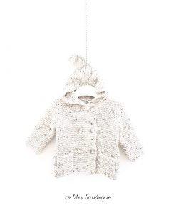 Maglione Il Gufo modello cardigan color grigio chiaro, effetto sale e pepe, cappuccio con un ponpon sullla punta, aperto sul fondo