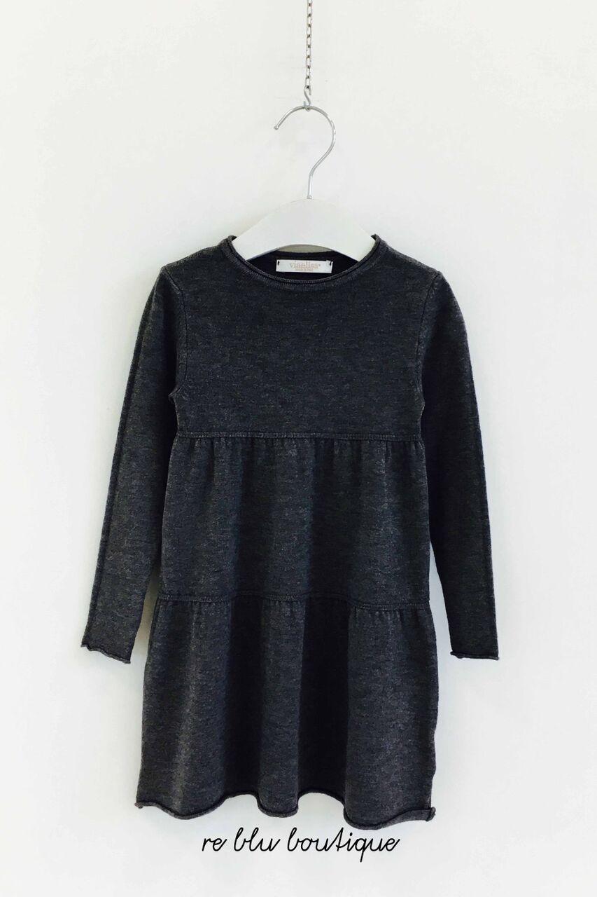 Vestito Via Elisa girocollo, grigio scuro a manica lunga, maglia rasata, taglio svasato dalla vita, comodo e confortevole.