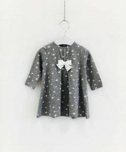 Vestito Il Gufo grigiochiaro ampio e confortevole in viscosa di colore grigio con micro stelline bianche, due fiocchetti applicati sulle maniche.