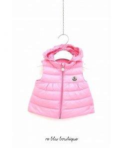 """Piumino Moncle modello """"New Suzette"""" gilet in peso piuma rosa confetto, il cappuccio non è staccabile ma si può scegliere di usarlo o meno"""