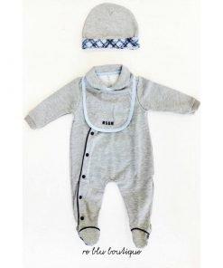 Set MSGM per neonato che comprende tutina grigia, bavaglino e cappellino, sfondo grigio e stampa con scritte msgm in corsivo blu.