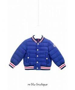 """Piumino peso piuma Moncler modello """"Cadarsac"""" blu, modello bomber, maniche dei polsi e fondo in elastico tricolore bianco e rosso."""