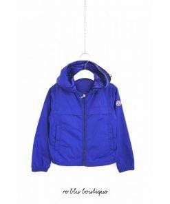 """Giacca a vento Moncler modello """"Gradignan"""" blu con doppio cappuccio, taglio sportivo, logo sulla manica, tasche laterali."""