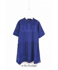 Vestito blu Scotch R'Belle dal taglio morbido, chiusura posteriori con bottoni bronzo, sottoveste oro in lurex, dettagli in sangallo.