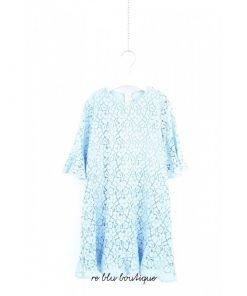 Vestito Il Gufo in pizzo di cotone azzurro chiaro, gonna e maniche con volant, fodera interna in cotone. Chiusura sul retro con zip invisibile.