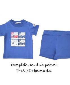 Moncler completo t-shirt e bermuda blu. Il bermuda ha un elastico in vita e due tasche frontali, la t-shirt ha una stampa iconica di Moncler