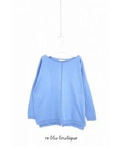 Maglione Via Elisa in cotone color azzurro cielo, modello a scatola, collo a barchetta, piccolo spacco finale sul lato posteriore.