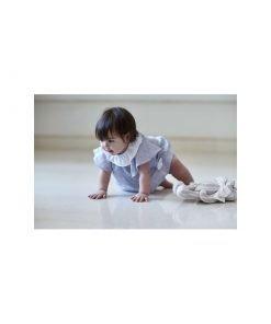 Set-bebe Kids Company in lino composto da bulletta color azzurro e copripannolino. La blusa è a maniche corte color azzurro chiaro, bottoni sul retro