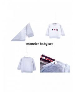 """Set Moncler che comprende felpa e pantaloni color grigio chiaro. Felpa: girocollo grigia con scritta """"moncler"""" ricamata con i colori tipici di Moncler"""