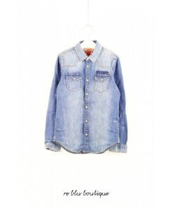 Camicia jeans Scotch & Soda azzurro slavato, modello texano, impunture a contrasto gialle, bottoni bianco-panna cromati e chiusura a pressione