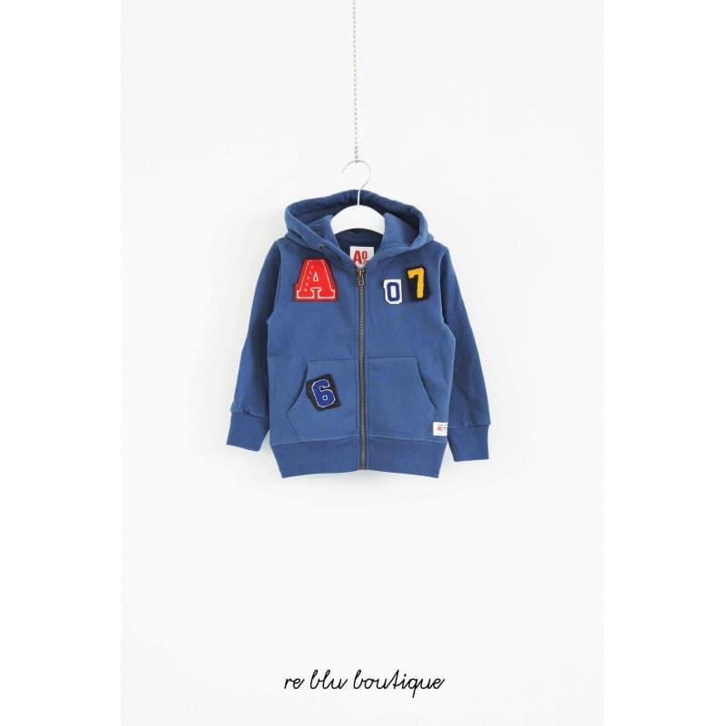 Felpa AO76 color blu ceruleo con toppe colorate di lettere e numeri, zip e cappuccio. Due comode tasche frontali e logo laterale