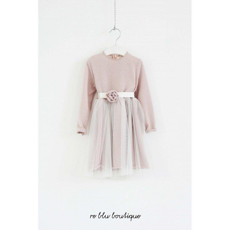 Vestito elgante Caf nella variante rosa antico con gonna di tulle sovrapposta e nastro con piccole rose sulla cintura, chiusura con cerniera.