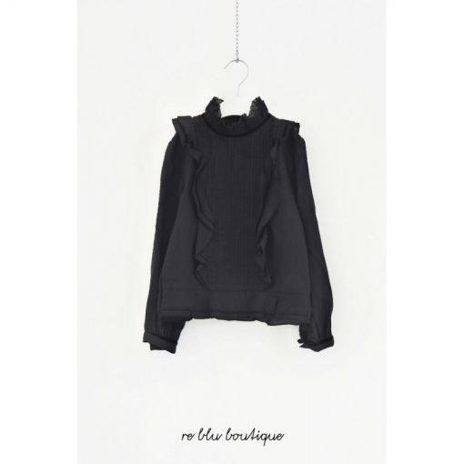 Camicia Nera Les Coyotes de Paris con volant e collo alto con dettagli di pizzo, leggero elastico sul fondo della camicia, maniche arricciate.