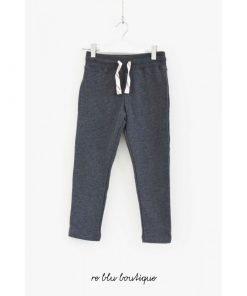 Pantalone AO76 grigio scuro sports-wear con elastico sul fondo, tasche laterali e tasca sul fondo con dettaglio del logo.