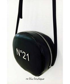 Borsa nera in ecopelle lucida con scritta argento N°21, tracolla regolabile, chiusura con zip argento, interno in cotone tono su tono