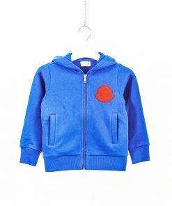 Felpa color bluette con stemma a cuore in color rosso acceso di Moncler. Tasche laterali, cappuccio, polsini e fondo della felpa a costine.