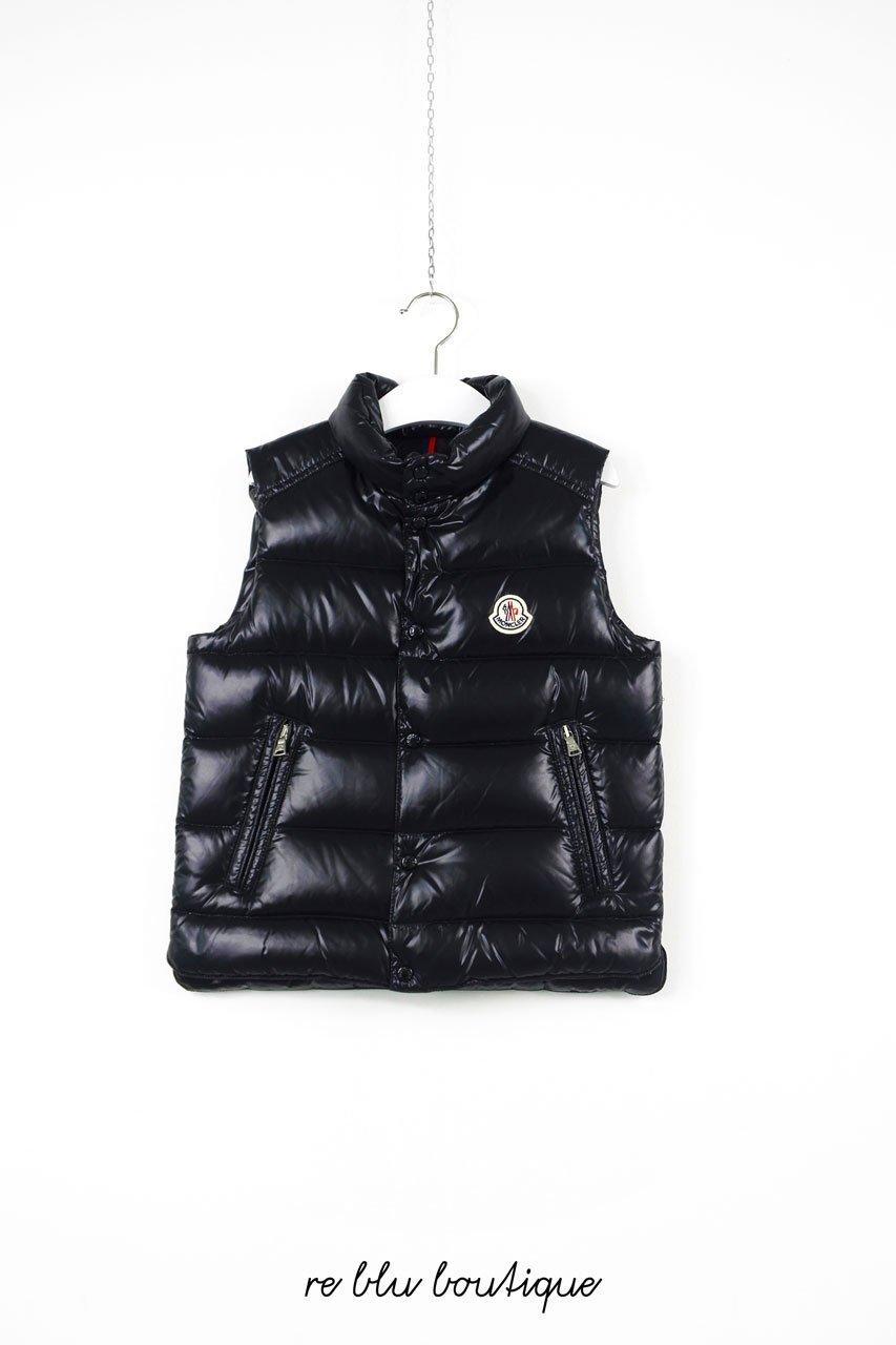 Piumino Moncler modello gilet nero modello Tib, collo alla coreana, senza cappuccio, tasche laterali con chiusura zip. Piccolo stemma a cuore