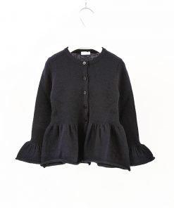 Cardigan blu scuro in 100% lana vergine di Il Gufo, bottoni tono su tono sempre blu, effetto voile sul fondo, maniche a petalo a costine sottili.