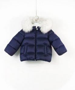 Piumino Moncler color blu opaco con cappuccio rimovibile in volpe bianca, interno in cotone, tasche laterali trasversali, chiusura con stemma serigrafato