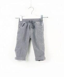Pantalone Il Gufo in velluto a costine stretch di color grigio chiaro con chiusura frontale con bottone a pressione logato. Tasche laterali e sul retro e passanti per cintura. Elastici interni per regolare il fitting.