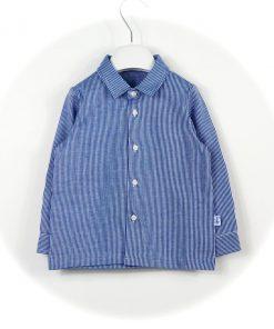 Camicia in cotone a righe sottili bianche su fondo azzurro di Il Gufo, modello easy iron, in morbdissimo jersey, etichetta sul lato.
