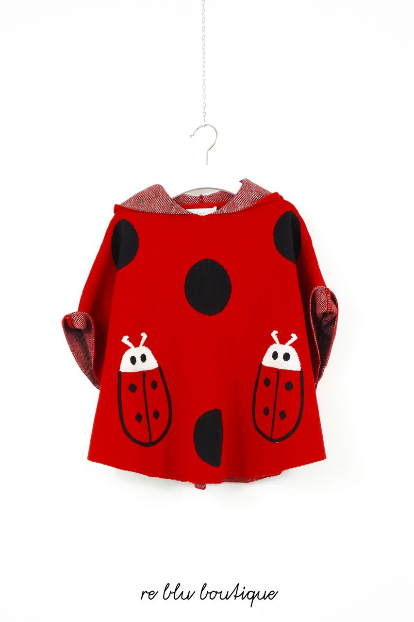 Mantella StellaMcCartney color rossa con cappuccio non rimovibile, tasche laterali con coccinelle applicate sui toni del nero e dettagli bianchi