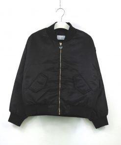 Bomber Chiara Ferragni nella variante nera modello over che veste corto, maniche a raglan, mazxi stampa sulla schiena con il logo del brand: l'occhio
