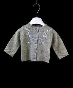 Cardigan grigio mélange in lana di Bonpoint con ricamo fiorati nei toni pastello e micro paiettes colorate. Bottoni sui toni del grigio
