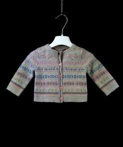 Cardigan in lana con fantasia jacquard norvegese di Bonpoint nei toni pastello, bottoni tono su tono color rosa lucido, maniche e fondo a costine