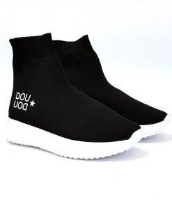 """Sneakers nera a calzino con suola a contrasto bianca, scritta laterale """"DouDou"""". Le scarpe sono state progettate da Fessura"""