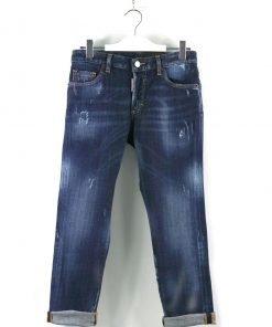 Jeans tela ferma color blu scuro slavato, piccoli strappi coperti su tutta la superfice, iconica linguetta rossa frontale