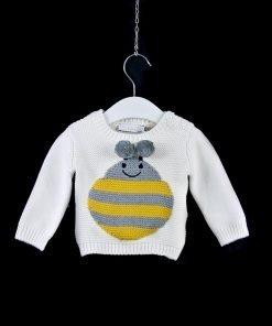 Maglione in misto lana color panna con ape ricamata a righe gialle e grigie con pon pon finale, il fondo e le maniche sono a costine