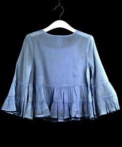 Blusa Polo Ralph Lauren azzurra con delicato motivo a pois tono su tono, volant delicati e il leggeri sul fondo, piccoli bottoni in color avorio