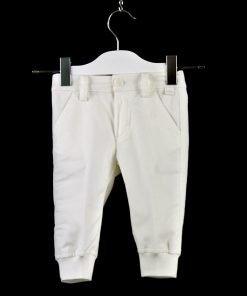 Pantalone morbido color panna, elastico sulle caviglie per agevolarne i movimenti, tasche laterali. Bottoni interi per stringere o allargare la vita.