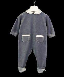 Tutina in ciniglia a maniche lunghe color grigio, colletto bianco con bordino trapuntato grigio in tono con la tutina, apertuta con i bottoncini sul retro