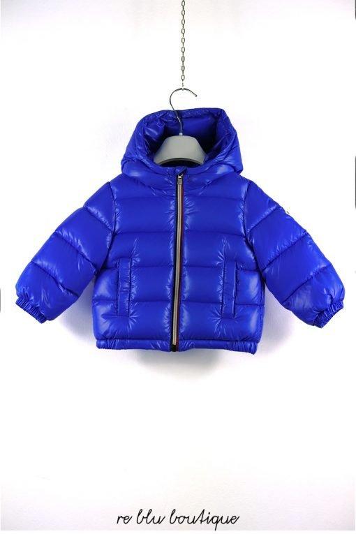 """Piumino bluette lucido di Moncler modello """"New Aubert"""", zip con bordo tricolore, cappuccio non staccabile, logo sulla manica."""