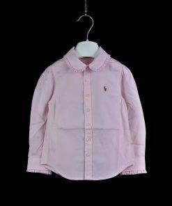 Camicia in cotone oxford in color rosa confetto di Polo Ralph Lauren, il caratteristico pony colorato è ricamato a lato, collo arrotondato con volants