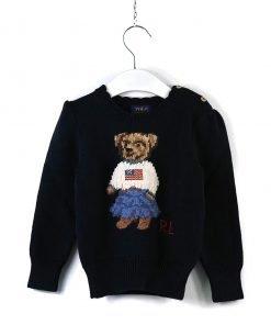 Maglione polo blu scuro girocollo con ricamo di un orsetta frontale vestita con una gonna di jeans, bottoni sul collo, fondo e maniche a costine