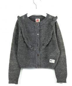 Cardigan grigio melange scuro con effetto lurex, bottoni tono su tono, piccoli volant davanti e salgono finoa alle spalle. Logo laterale