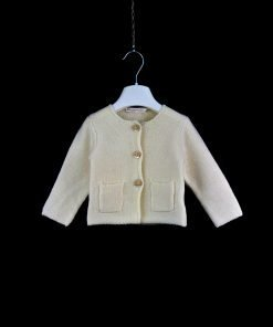 Cardigan color panna di La Mascot, bottoni gioiello squadrati tono su tono, i profili sono a taglio a vivo, due tasche frontali