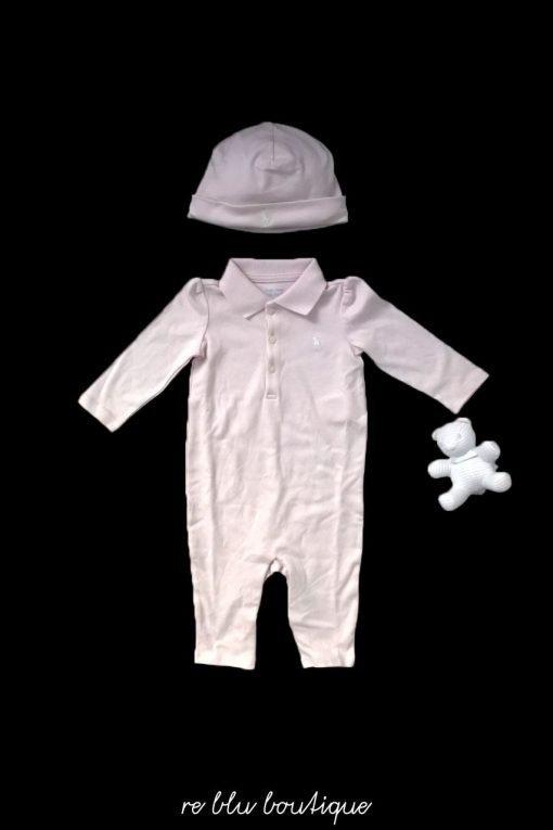 Questo set è composto da una tutina in morbido cotone color rosa di Polo Ralph Lauren, un berretto coordinato e un grazioso orsetto imbottito, ideale per il gioco.