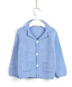 Cardigan azzurro cielo con bottoni in color avorio, tasche a filetto laterali, scollo a lancia, modello morbido e piccole costine