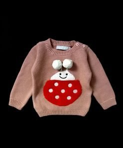 Maglione in misto lana color rosa antico con ape ricamata e pon pon, il fondo e le maniche sono a costine. L'ape è un disegno creato da smc