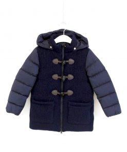 Piumino modello montgomery color blu scuro, zip con doppia apertura, mix di materiale: nylon e lana. Classica chiusura con alamari, tasche applicate, retro di nylon