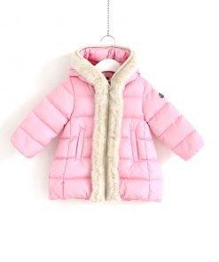 """Piumino rosa confetto modello """"Aiata"""" con cappuccio non staccabile. Dettaglio di eco-pelliccia color panna su tutto il bordo del cappuccio e della zip. Tasche laterali, dettaglio del logo sulla manica"""