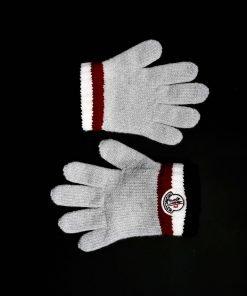 Guanti Moncler grigio chiaro con sul polsino il classico tricolore rosso, panna e blu. Piccolo stemma su entrambi i guanti.