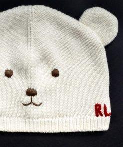 Cappellino a cuffia color panna con ricamate le sembianza di un orsetto, due piccole orecchie, interno foderato in cotone tono su tono